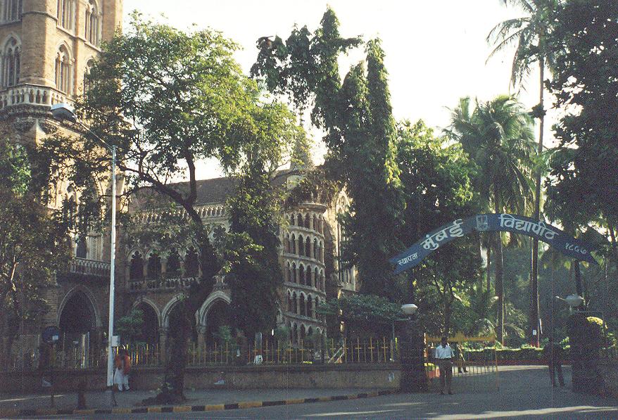 Bu yazımızda sizinle Güney Hindistan gezimizde, Mumbai'de (eski adı Bombay) gezerken uğradığımız Mumbai Üniversitesi'nin üç fotoğrafını paylaşıyoruz. Mimari stili için Victorya Gotiği deniyor.