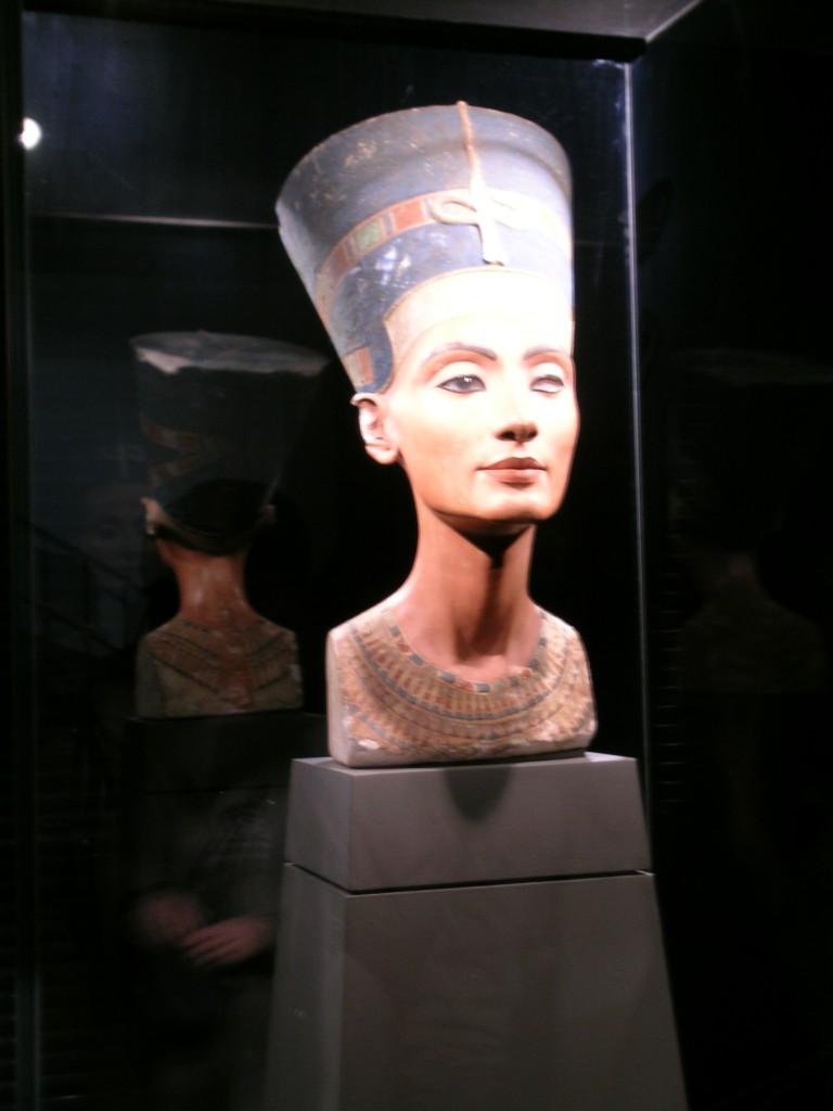 Charlottenburg'daki Berlin Mısır Eserleri Müzesi'ndeki Nefertiti büstü Tel el-Amarna'da 1912 yılında Almanlar tarafından bulunmuş. Büst, 3300 yıl önce, heykeltraş Tutmes tarafından kireç taşından yapılmış. Nefertiti'nin nerede ve ne zaman öldüğü bilinmiyor. Nefertiti'nin büstünün hem bir yüz hem de maske olduğu düşülmektedir.