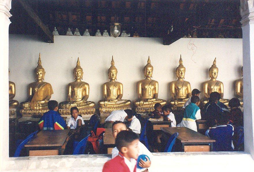 Budizmin geçerli olduğu ülkelerde günümüzde de ilköğretim tapınaklarda veriliyor. Tayland, Hua Hin,  Mahadhat Tapınağı