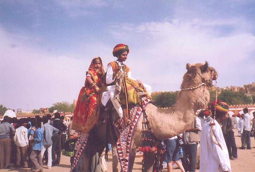 Jaiselmer Çöl Festivali'nde gelin- damat temsili, genç yaş evliliklerinin bir nevi toplumsal onayını yansıtıyor.