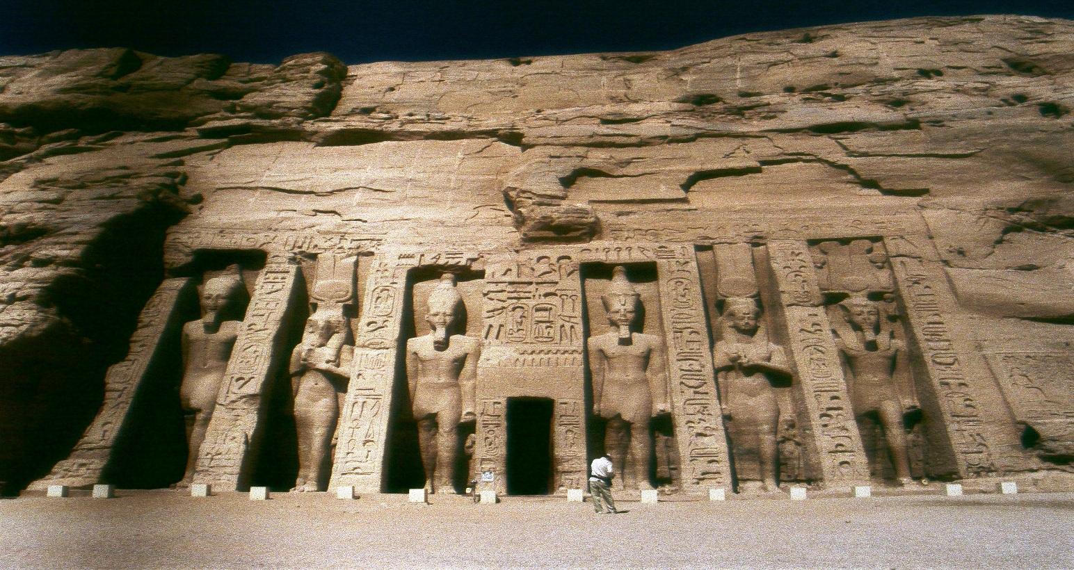 Abu Simbel'de Champollion'un da aralarında bulunduğu akademisyenler ilginç birşey keşfetmişler. Yılda iki kere, gündönümünde, güneş, beş dakika ,Ptah'ın heykeli hariç tüm tapınağı aydınlatıyormuş. Ptah, daha önce bahsettiğimiz gibi karanlığın tanrısı. Fotoğraf, Gülüm Ilgaz