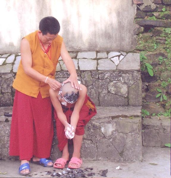 Budist eğitime başlama öncesi yapılan traş. Nepal - Katmandu