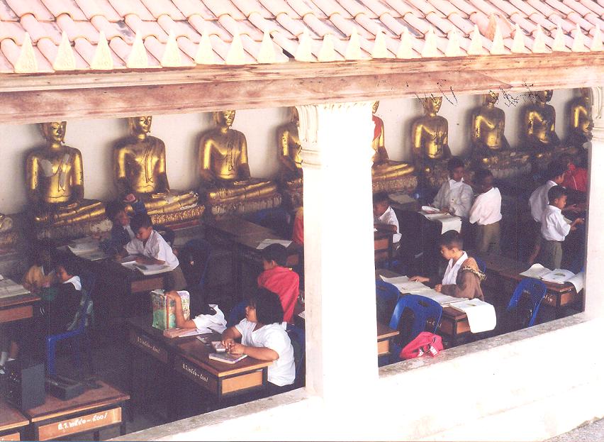 İlköğretim, başından beri tapınaklarda veya evlerde alınırdı..... da görüldüğü gibi bu uygulama günümüzde de sürmekte tapınaklar bu fonksiyonlarını yerine getirmeye devam etmektedir.