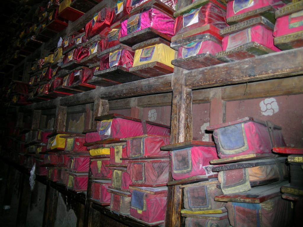 Budist Pelkor Manastırı'nda saklanmakta olan yazıtların kütüphanesi. Tibet - Gyantse