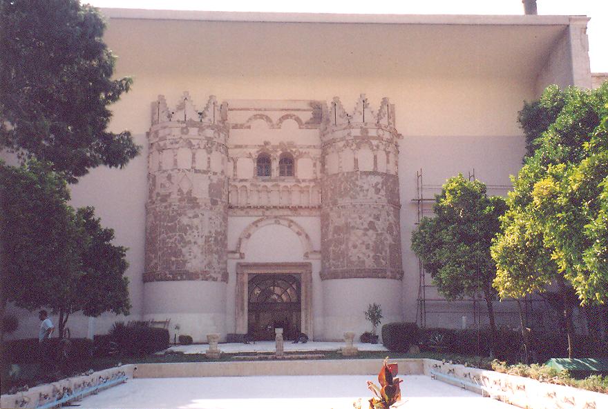 Şam – Ulusal Müze Ulusal Müze'nin giriş kapısı, Yunan, Roma, Mezopotamya, Bizans etkisi taşıyor. Sekizinci yüzyılda Emeviler döneminde yapılan çöl saraylarından Kasr el Hayır el Garbi'nin parçalarından yapılmış. Akantus yaprakları, sütunçeler, altı köşeli yıldız, çıplak memeli kadın, hayvan figürleri, hayat ağacı motifleriyle süslenmiş. En tepe antikiteyi temsil ediyor.