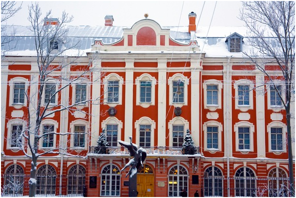 Üniversite, şimdiye kadar 8'i Nobel Ödüllü birçok bilim adamı yetiştirmiştir. Eski Rusya Devlet Başkanı Dimitry Medvedev ve Rusya Başkanı Vladimir Putin'de St. Petersburg Devlet Üniversitesi mezunudur. Bugün üniversitede 400 profesör, 850 doçent ve 500 doktor öğretim üyesi görev yapmakta ve 20.000'in üzerinde öğrenci öğrenim görmektedir. Üniversitede 19 Fakülte bulunmaktadır