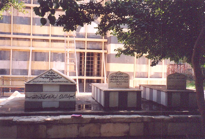 San Remo'da ölen ve İstanbul'a en yakın müslüman toprağına defnedilmeyi vasiyet eden son padişah Vahidettin Süleymaniye Tekkesi'nin arkasında gömülü.