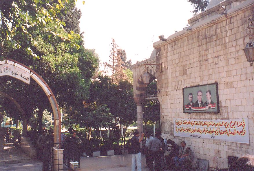 Çarşının duvarında, pek çok yerde, o zamanlar görülen Esad ailesinin resimleri.