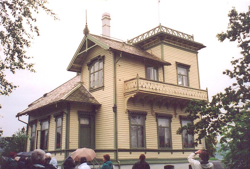 1885 yılında inşa edilmiş villası göl kenarında. Evle aynı bahçede çalışmalarını yaptığı bir de kulübe var.