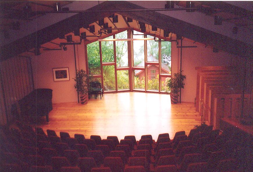 Haziran-Ekim ayları arasında Grieg'in eserlerinden resitaller verilen modern konser salonu sonradan ilave edilmiş. Penceresinden Grieg'in çalışmalarını yaptığı kulübe görülüyor.