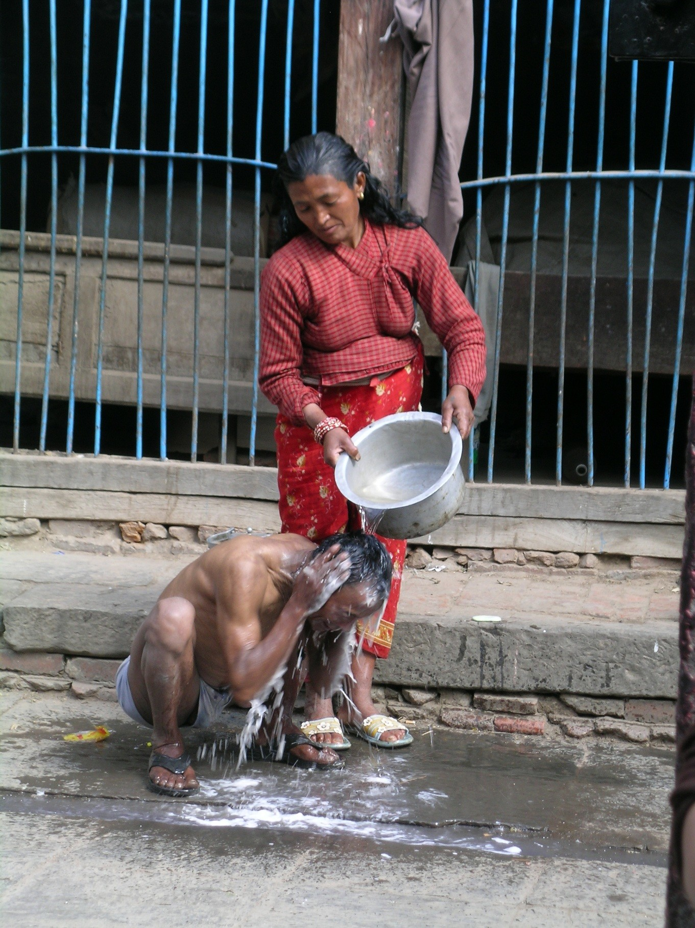 Nepal- Katmandu'da sokakta banyo