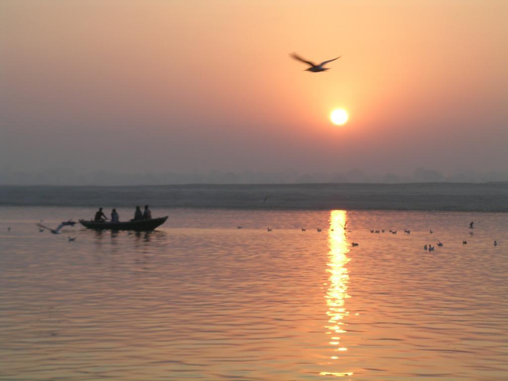 Hindistan- Varanasi'de Ganj Nehri üzerinde gün doğumu