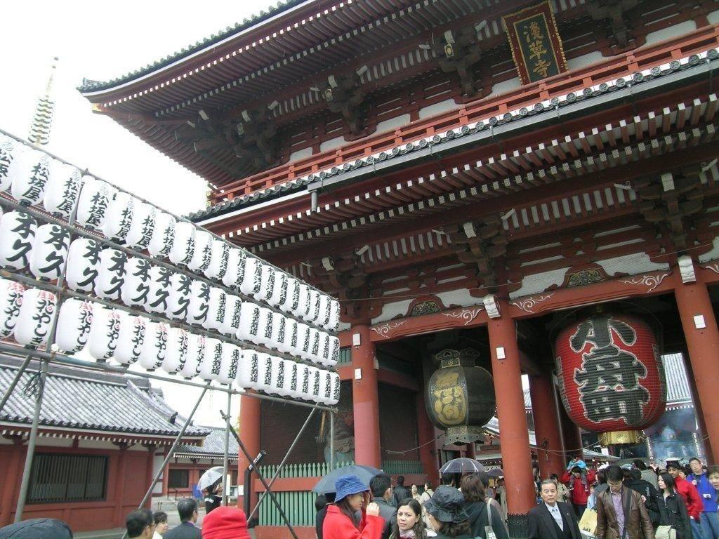 Tokyo'daki Asakusa Kanon Tapınağı'nda Hozo-mon kapısı.iki katlı kapının üst katında 14. yüzyıla ait Çince Budist metinler saklanıyor.