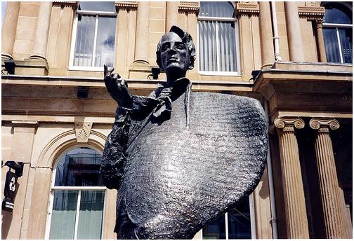 Sligo'daki bronz heykeli Rohan Gillespie'nin eseri. 1989 yılında, ölümünün 50. yılı anısına yaptırılmış ve oğlu Michael tarafından açılmış. Heykelin üzerine şairin eserlerinden yapılan alıntılar işlenmiş.