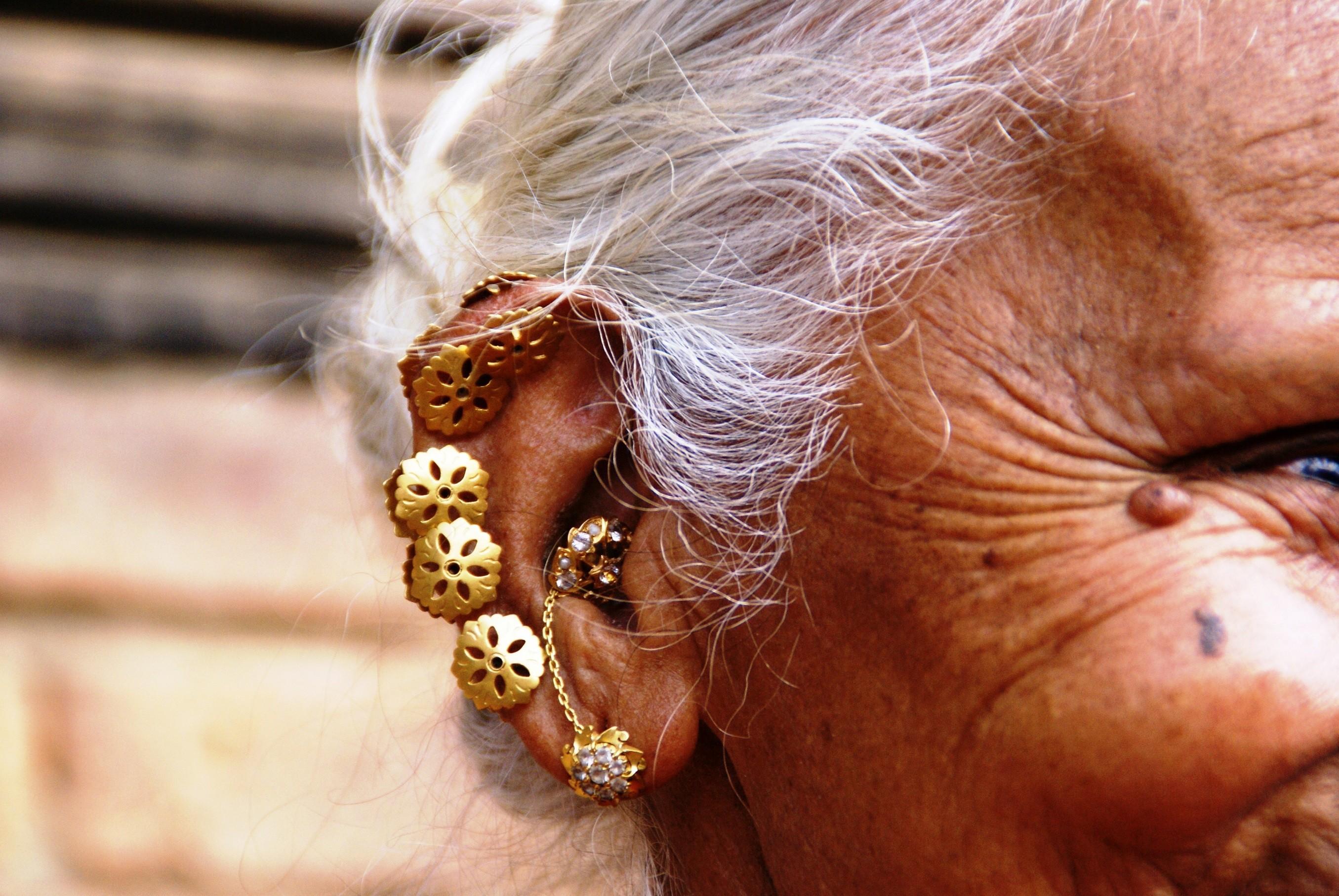 Hindistan- Delhi'de yüksek kasta mensup bir hanımın küpeleri