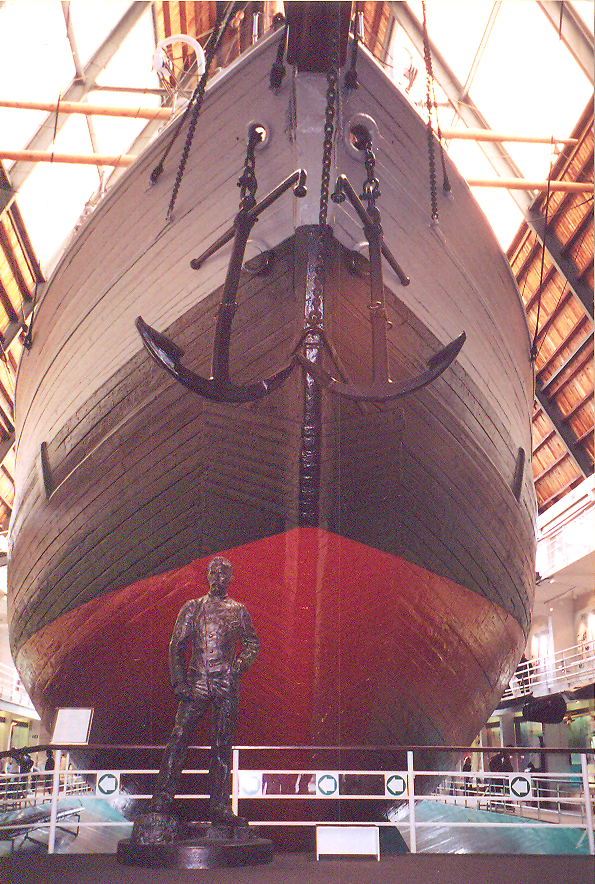 Müzenin içinde Fram ve Nansen heykeli.