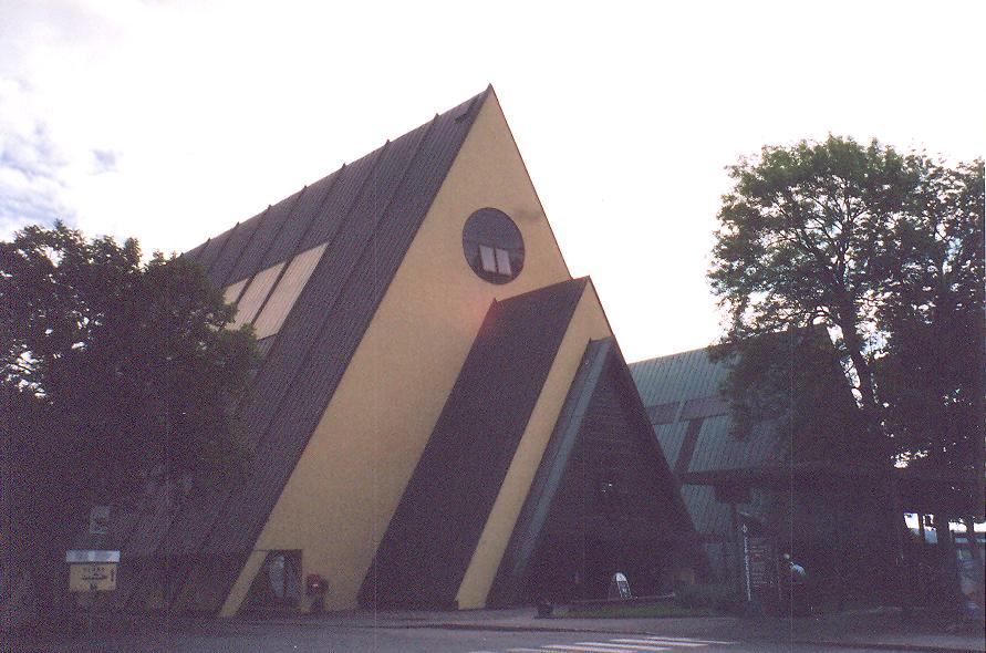 Fram için Oslo'da yapılan müze. Bina geminin üzerine, onu örtmek için yapılmış, bu vesileyle Norveç'in kutuplardaki serüven ve başarı hikayeleri de anlatılmış ve hatırlatılmış oluyor.