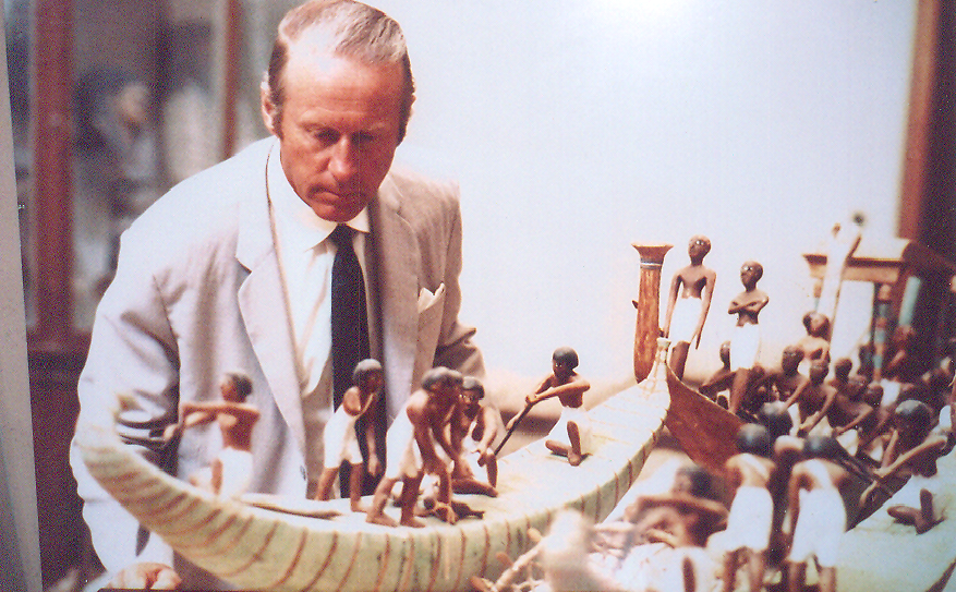 Norveçli antropolog, kaşif ve çevreci Thor Heyerdahl'ın ürettiği iki büyük projeden söz edeceğiz. 2002 yılında ölen Heyerdahl'ın temel iddiası okyanusların halkları ve kültürleri birbirinden ayıramayacağı, dolayısıyla, birbirinden mesafe olarak çok uzak yerlerde görülen aynı/benzer aletlerin, adetlerin çok da şaşırtıcı olmadığı idi. Aynı şekilde kadim tekniklerin küçümsenmemesi gerektiğini de göstermek istiyordu.