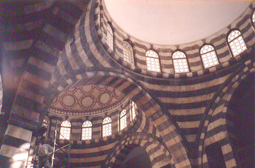 Esat Paşa Hanı- Şam valisi Esat Paşa tarafından 1751 ile 1752 yılları arasında yaptırılmış, eski Şam şehrindeki en büyük, en iyi hanlardan biri ve mimari açıdan şehirdeki en iddialı yapılardan biri imiş. 2,500 metrekarelik bir alanı kaplayan bu kervansaray, Osmanlı hanı özelliklerine uygun olarak, merkezi bir avlu etrafında iki katlı. İkinci katta, genellikle konaklama amacıyla kullanılan ve avluya dönük bir galeri boyunca sıralanan seksen oda var. 1758 yılındaki depremde avlu kubbelerinden üçü çökmüş. 1990 yılında gerçekleştirilen restorasyona ve kubbeler yeniden inşa edilene dek açılan delikler ahşap kalaslarla kapatılmış. 20. yüzyılın başında, hanın artık ticari bir kullanımı kalmamış. 1990 yılındaki restorasyonuna dek han bir üretimhane ve depolama yeri olarak kullanılmış. Han için yapılan restorasyon çalışması, Ağa Han Mimari Ödülü kazanmış. Han, değişimli bazalt ve kireçtaşı sıralarıyla inşa edilmiş.
