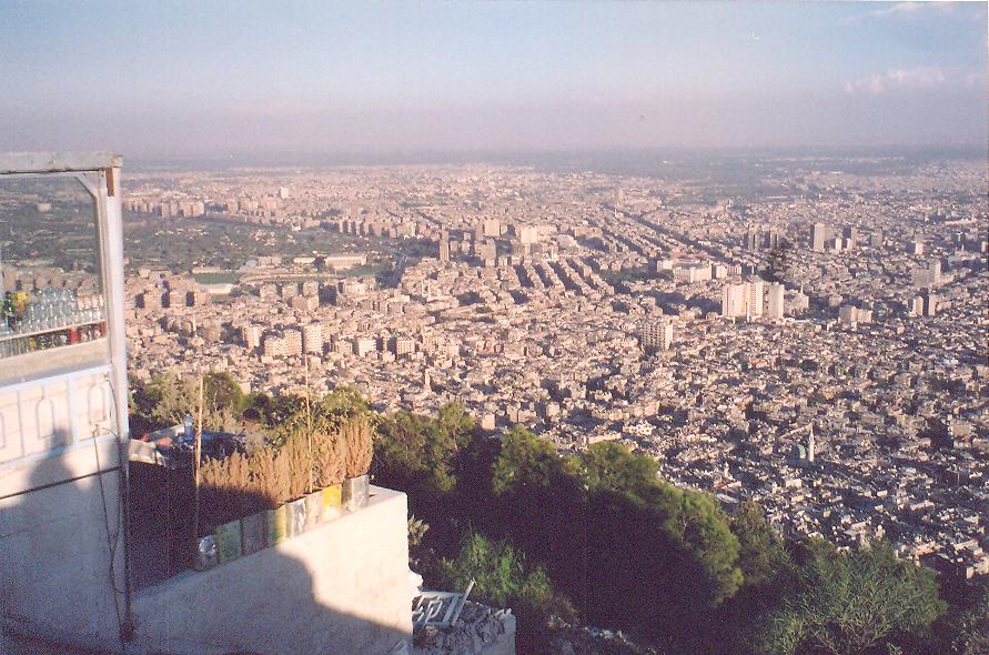Şam'ın en yüksek tepesi Cassium Tepesi veya Kel Tepe'den şehre bakış. Tepeye çıkarken şehrin zengin mahallelerinden geçtik.