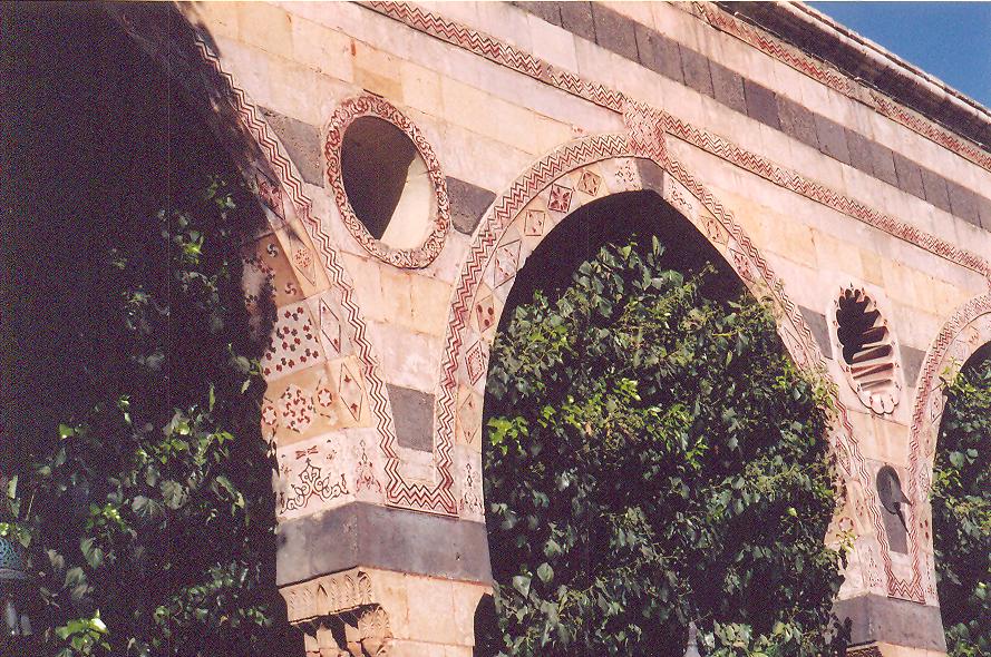Azem Sarayı- Siyah bazalt, kum taşı ve kireç taşından yapılan bantlar özellikle Memluk mimarisinde çok kullanılırmış. Osmanlı mimarisine Memluklardan miras kaldığı düşünülüyor.