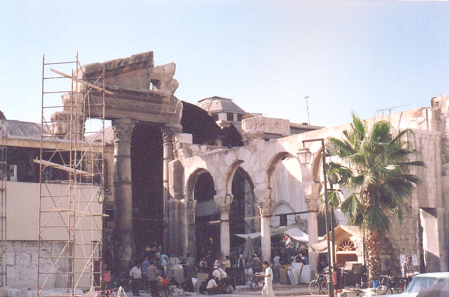 Hamidiye Çarşısı- Hala Sultan II. Abdülhamit 'in adı ile anılan çarşının çıkışında,  Korint üsluplu kolonlarla karşılaşıyorsunuz. Jupiter'e adanmış olan, III. yüzyıldan kalma Roma tapınağı Hamidiye'nin dükkanlarıyla bütünleşmiş.