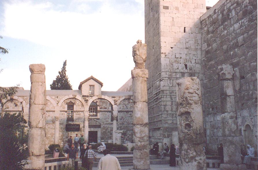 Emevi Camii Girişi- Bugün caminin bulunduğu yer 3000 yıldan beri mabet alanı. MÖ 9. yüzyılda Arami tanrısı Hadad adına yapılmış tapınaktan sonra Romalılar buraya Jüpiter adına bir mabet yapmışlar. Dördüncü yüzyılda Vaftizci Yahya'ya adanmış kiliseden sonra burası 705 yılında cami olmuş.