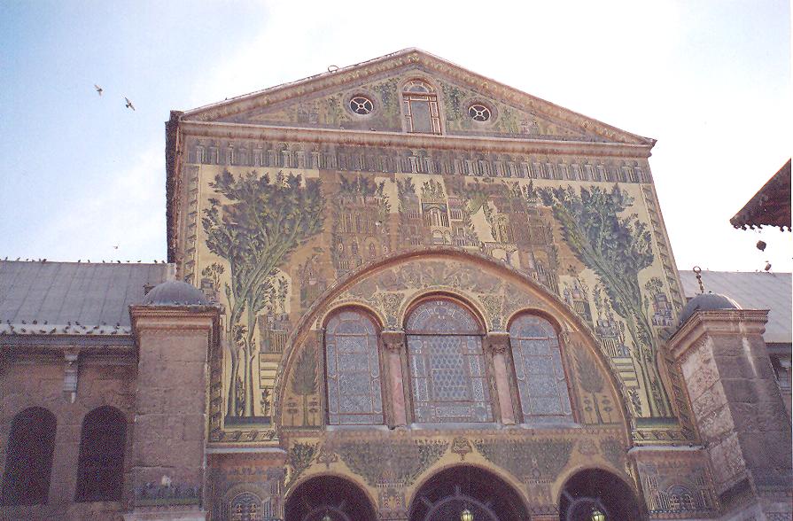 Caminin giriş kapısı üzerinde Şam şehri tasvirli mozaik. Mozaikler cam ve taş.