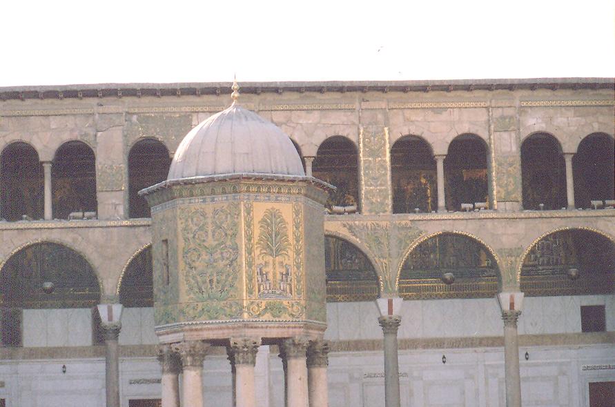 Yapının tümünü cami yapma işini Antakyalı mimarlar gerçekleştirmiş. Bu mimarların daha önceki eserleri kiliselerdi. Caminin planı bazilikal plan. İki katlı revaklar, mozaik kullanımı da Bizans etkisi. Sekiz Roma sütunu üzerindeki hazine odasında halkın bağışları korunurmuş.