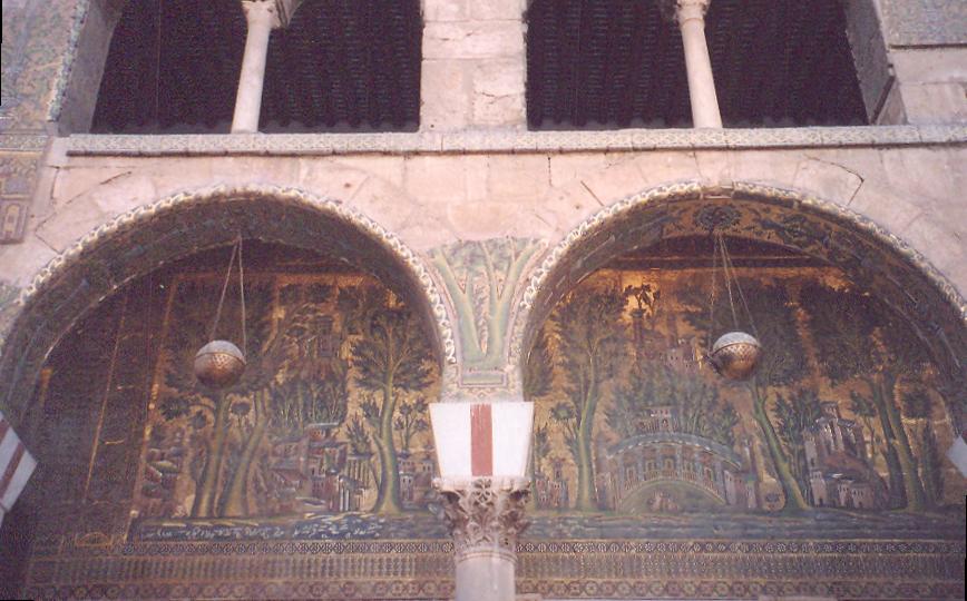 """Caminin batı cephesinde yer alan bu mozayiğin Barada Vadisi olduğu düşünülüyor. İnanışa göre, Hz. Muhammed, Barada Vadisi'ne kadar gelip, Şam'ı oradan görmüş, şehre girmemiş, """"Cennete iki kere girilmez"""" demiş. Bu mozaik tablo, 37 metre uzunluğunda."""
