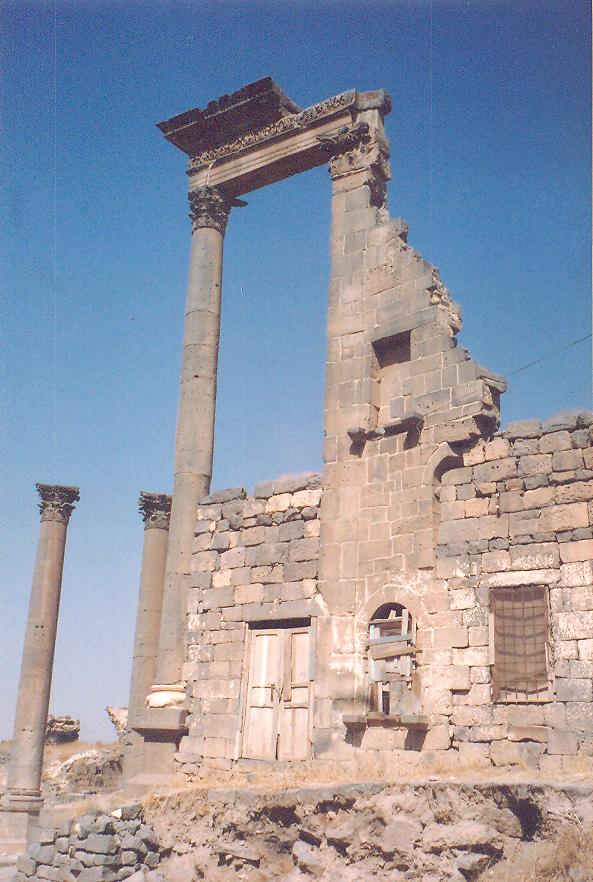 """Bosra'da Roma izleri- """"Decumanus"""": Şehrin doğu-batı istikametindeki ana caddesinin kavşak noktasında Romalı yöneticilerin tapınağının bir bölümü."""