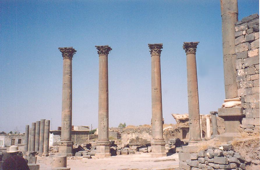 Dört Korint başlıklı sütunu olan çeşme, nymphaeum. Yerleşim yerine su getirmek önemli bir iş. Romalılar suyu getirdik diye övündükleri için anıtsal çeşme yapıyorlar.