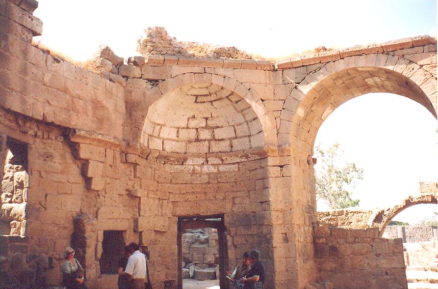 Roma hamamı- Kubbesi çökmüş. Burası hamamın sekizgen değişme odası. Roma şehirlerinde hamam çok önemli. Roma'da vücuda iyi bakmak kendine saygının icabı. Ordu, seferden dönünce şehri salgın hastalıktan korumak için şehre girmeden mutlaka yıkanıp şehre giriyor. Hamamda kaşağı benzeri bir tür kese kullanmışlar: strigile. İmparator Hadrian (117-138) dönemine kadar hamamı kadın-erkek beraber kullanmışlar.