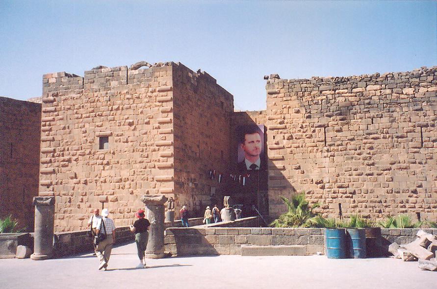 Bosra Kalesi- Kale tiyatronun etrafına yapılmış. İlk duvarlar Emeviler ve Abbasiler döneminde örülmüş. Onbirinci yüzyılda Fatimiler ilaveler yapmış. Onikinci yüzyıldaki iki Haçlı saldırısından sonra Eyyubiler onüçüncü yüzyılda kaleyi güçlendirmişler. Sonuçta sekiz kulesi olmuş. Kuleler kalın duvarlarla birbirine bağlanarak tiyatroyu çevrelemişler. Kalenin dışında derin hendekler var.