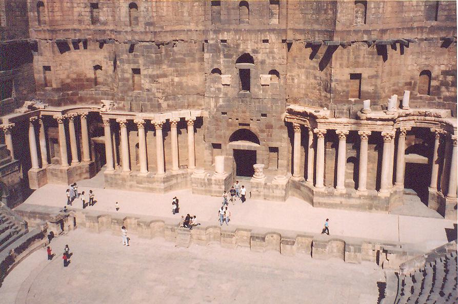 Tiyatronun yapımı MS birinci yüzyılda başlamış, ikinci yüzyıl başında bitmiş. Bosra, Roma'nın Arabistan Eyaleti başkenti iken inşa edilmiş. 15.000 kişilik. Sahnenin ahşap çatısı varmış. Oyun sırasında havaya parfümlü su sıkmak adetmiş.
