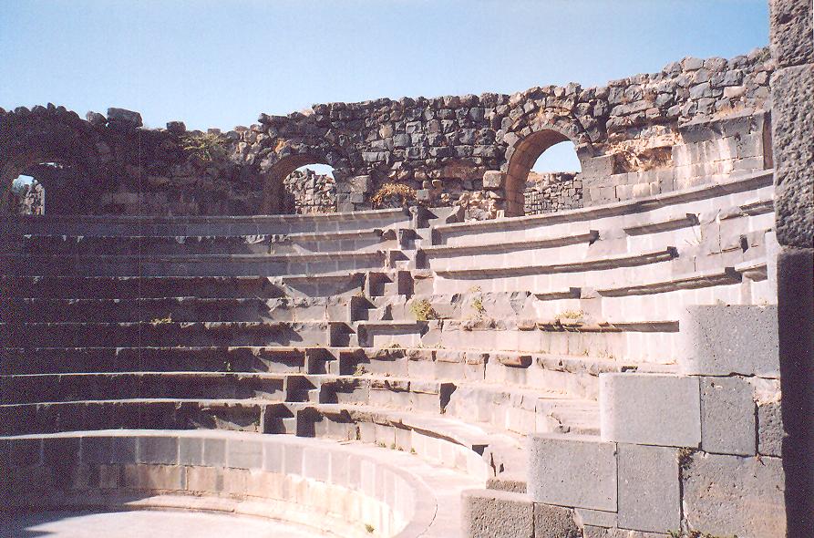 Shahba'daki Roma tiyatrosu. Büyük kesme taşlar üstüste oturtulmuş, henüz harcı bilmiyorlar. Harcı Partlardan öğrenmişler.