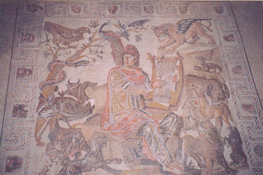 Shahba Mozaik Müzesi'nde dördüncü yüzyıla tarihlenen mozaik panolar gördük. ( Mozaik için bloğumuzda ayrı bir bölüm açıp, sizlerle farklı ülkelerden panoları paylaşacağız). Fotoğraftaki panonun adı Hayvanlarla Çevrili Orpheus.