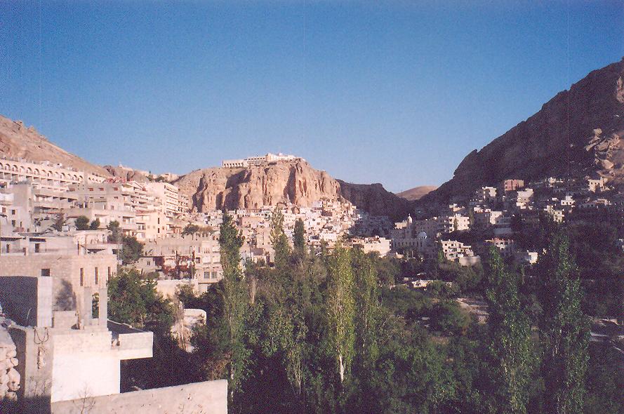 Maalula- Şam'ın kuzeyinde, otobüsle Şam'a bir saat uzaklıkta. Burada yaşayanların çoğu Grek Katolik, halk bir Arami lehçesi konuşuyor. Burası Hıristiyanlığın önemli merkezlerinden biri. İlk Hıristiyanlar dağ yamaçlarına pek çok mağara açıp buralarda saklanmışlar. Burası bölgede St. Simeon'dan sonra gelen en kutsal yer.