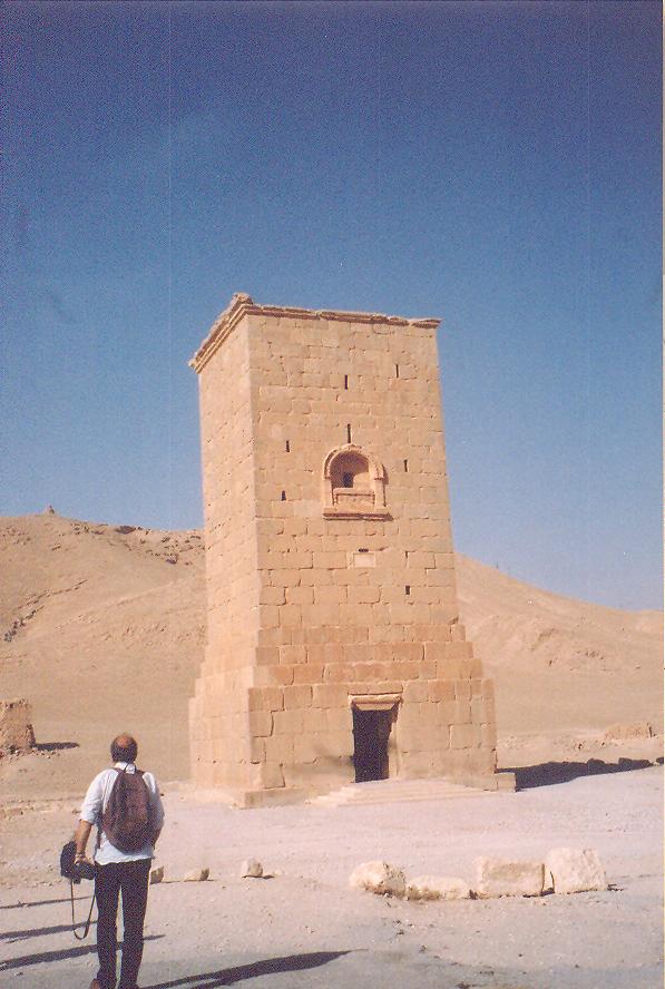 Palmira'da kule mezarlar var. Fotoğrafta görülen MS birinci yüzyıla ait, Elahbel'in Kulesi dört katlı, 300 tabut alıyor.