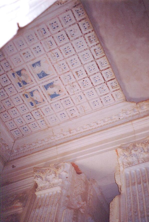 Kulenin tavanları da süslenmiş.