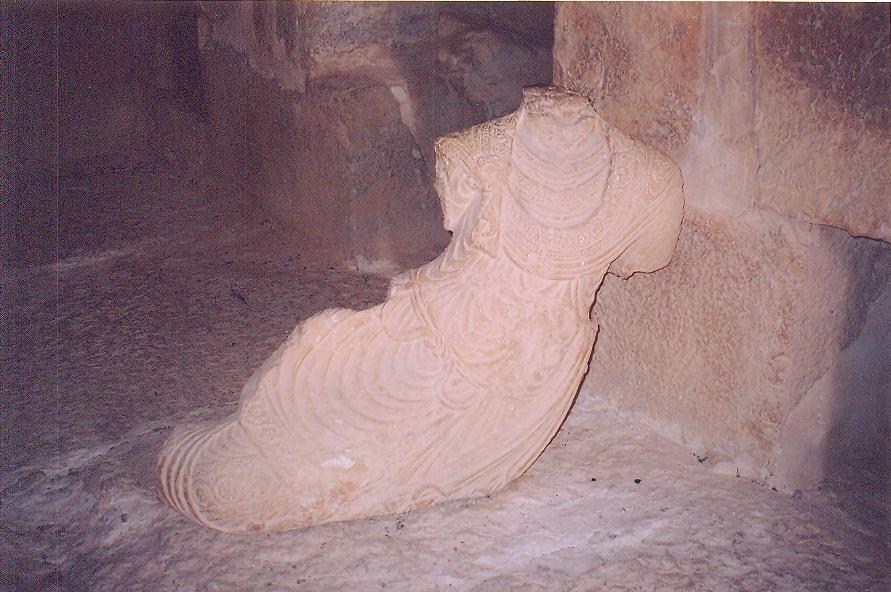 Kulenin içinde mezarlar için yapılmış ama şimdi yerinde değil yerde duran heykeller de var.