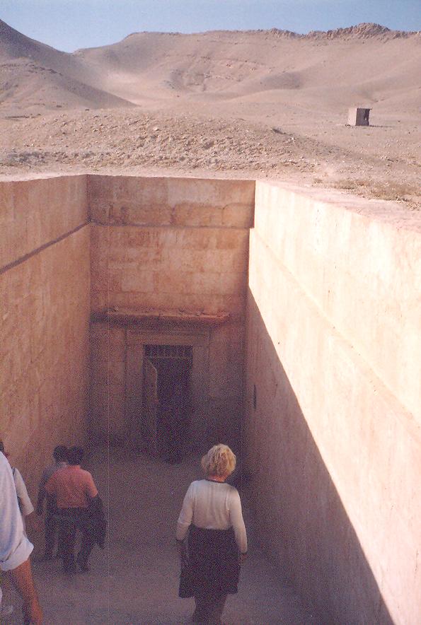 Burada ise MS 2. Yüzyıla ait Üç Erkek Kardeşin Mezarı'na iniyoruz. Palmira'da 50 hipoje (yeraltı mezarı) var.