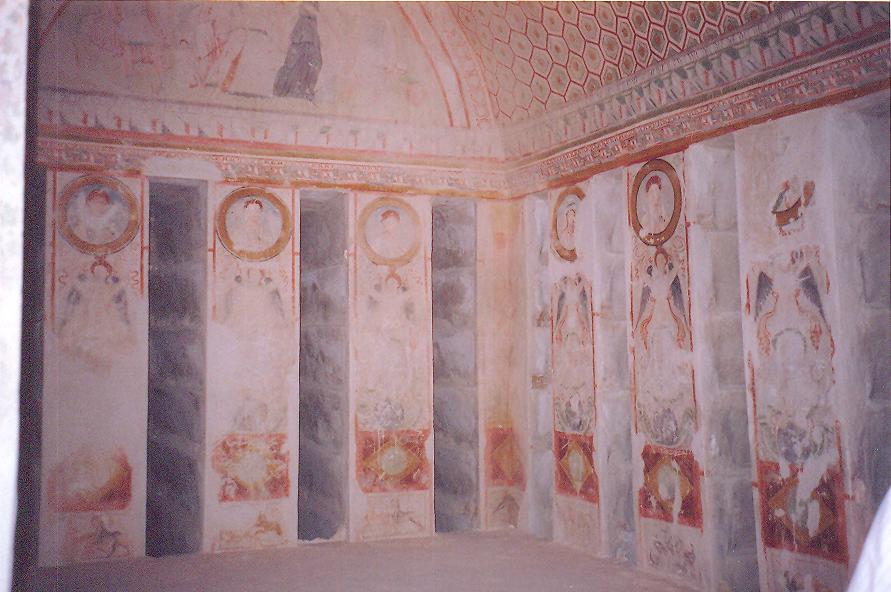 Mezarın duvarları da fresklerle süslenmiş.