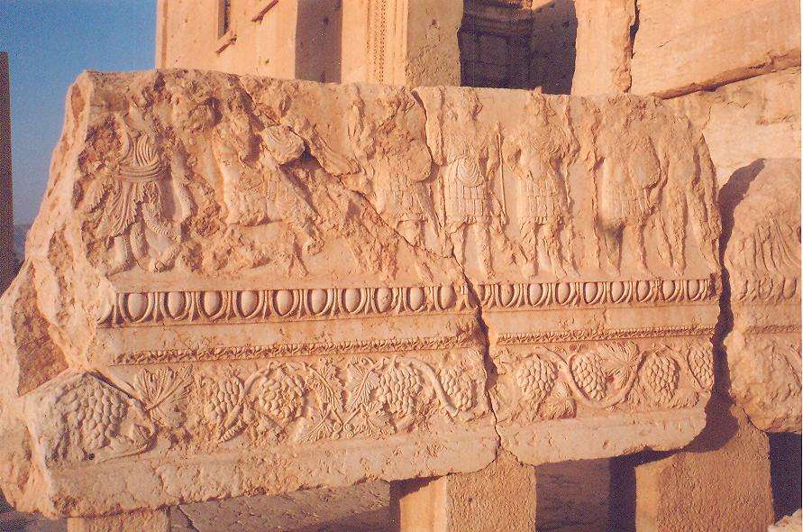 Tapınak binası üç bölümden oluşuyor. Ortada tek bir oda, odanın iki yanında birer portiko.  Portikoların tepesi yekpare büyük taşlarla örtülmüş, tavanları dekorlu. Biri merdivenli, diğeri merdivensiz. Merdivenli olanın sunu bırakmak için olduğu, diğerinin, ulaşılamayanın tanrı heykelini barındırdığı düşünülüyor.