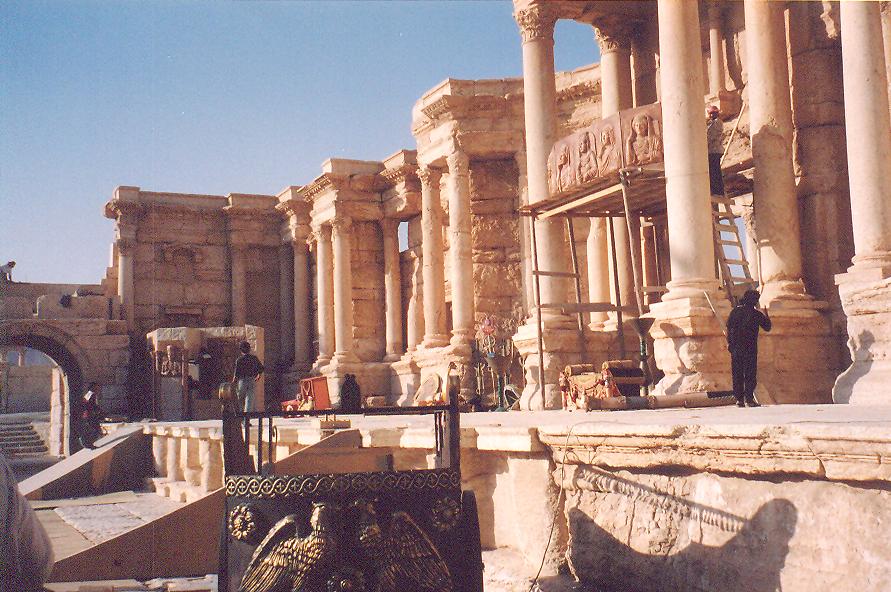 Tiyatro. Orkestranın cavea (seyircilerin oturduğu kısım) tarafında yükselti olduğunda o tiyatronun gladyatör oyunları için de kullanıldığına işaret eder.
