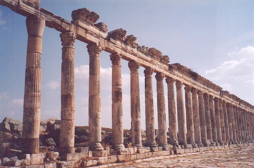 Sütunlar MS 2. yüzyıldan. Sütun yüksekliği arşitravla beraber 12m. Sütunlar, 1930'lardan başlayarak Belçikalılar tarafından ayağa kaldırılmış.