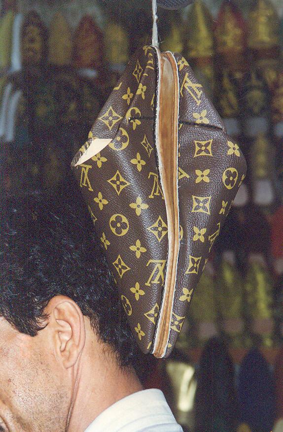 Marakeş'te çarşıda gezerken gözüme ilişen Louis Vuitton çarıklar dikkatimi çekmişti.