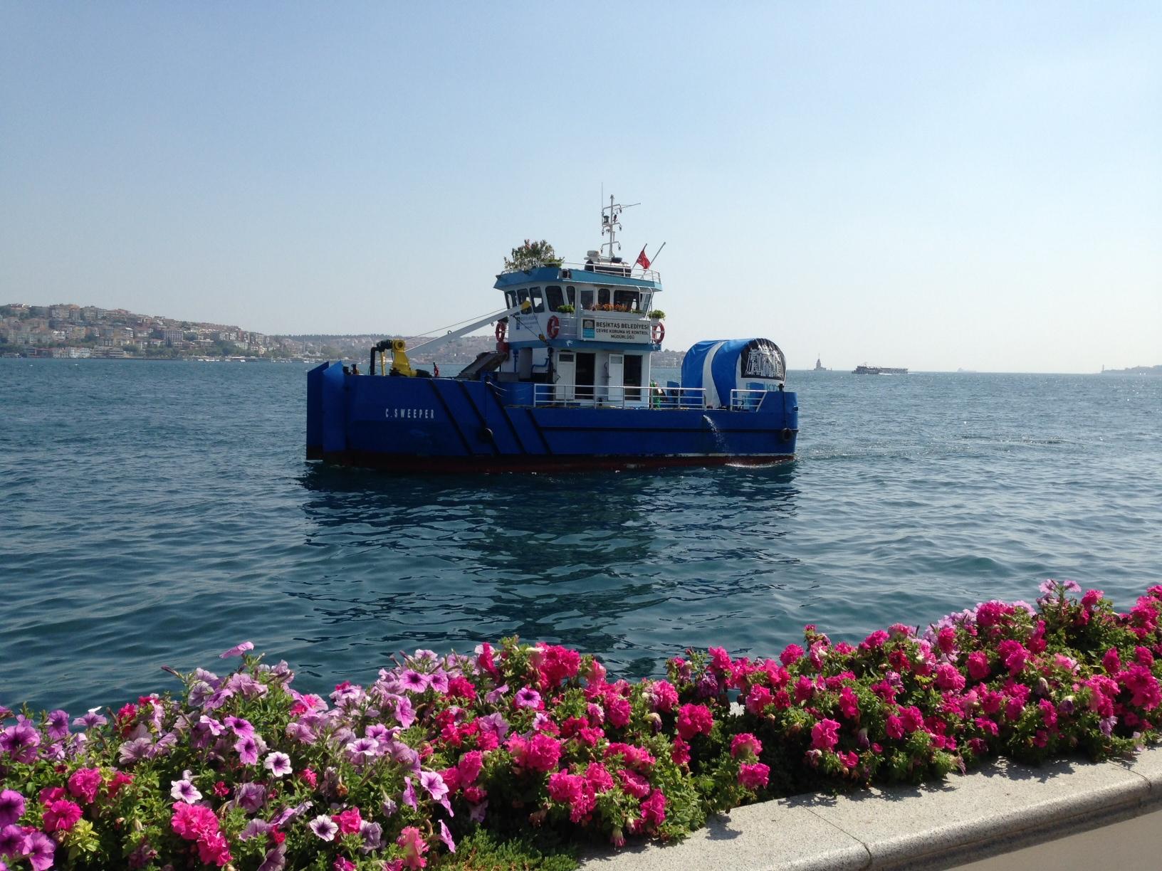 """Bayramda Four Seasons Oteli'nin bahçesinde otururken önümüzden geçen Beşiktaş Belediyesi'nin deniz süpürgesi bizi hayran bıraktı. Öncelikle denizin temiz olmasına özen gösterildiğini bilmek iyi geldi hepimize. Ayrıca """"süpürge""""ye de özenilmiş, çeşit çeşit saksı çiçekleri ile bezenmişti. Benim gibi ilk kez görecek olanlarla paylaşmak istedim."""