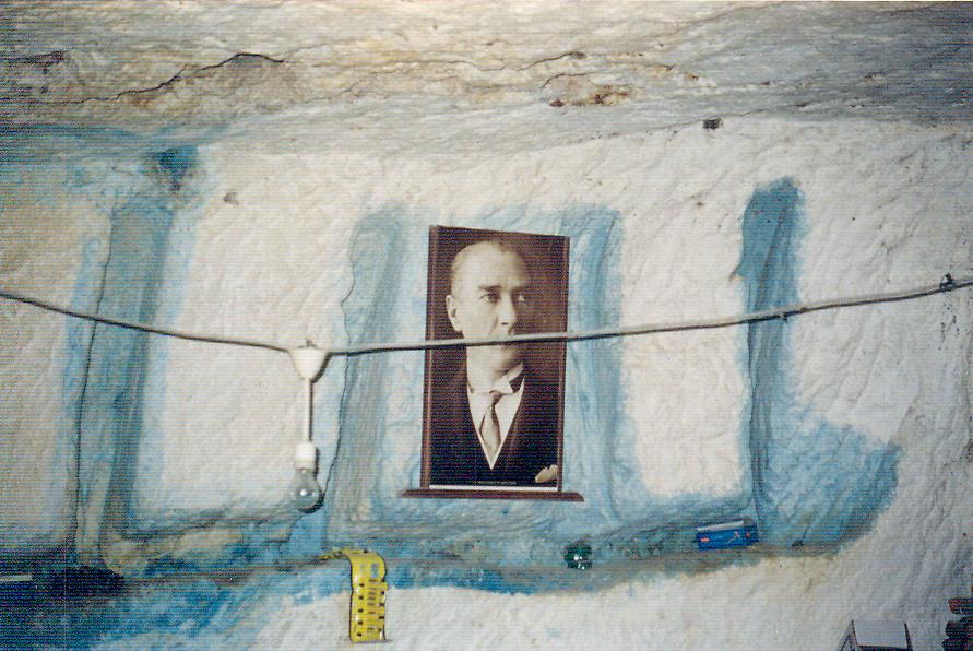 MÖ 4. yüzyılda Pers şehri Dara (Darius'tan), MS 6. yüzyılda Bizans şehri Anastasiapolis, bugün Mardin'de Oğuzköy. Dara'yı gezerken girdiğimiz mağaradan bozma, neredeyse hiç eşyası olmayan bir evdeki Atatürk resmi.