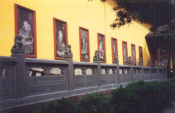 Şangay'da Yeşim Buda Tapınağı'nın bahçeye bakan dekoratif duvarı.
